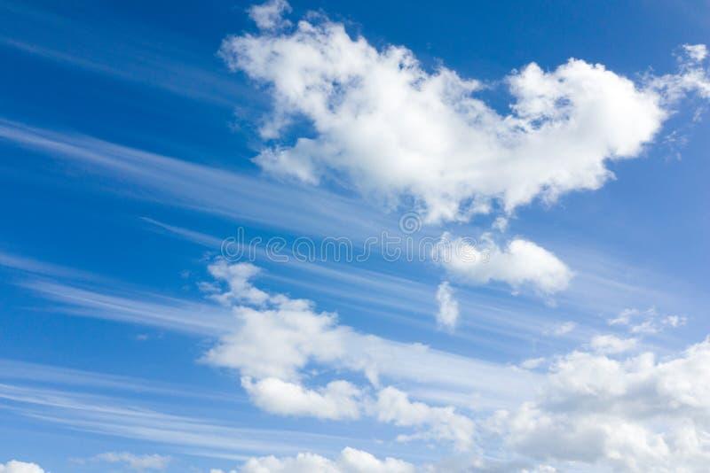 Sbalorditive nuvole torbide contro il cielo azzurro fotografia stock libera da diritti