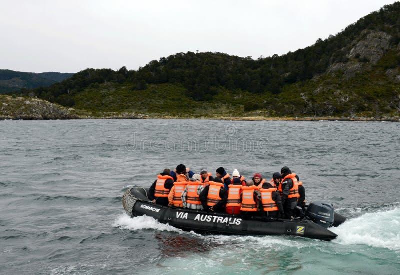 Sbarco dei turisti dalla nave da crociera & dal x22; Via Australis& x22; sull'isola della baia di Navarino, Wulaia immagine stock libera da diritti