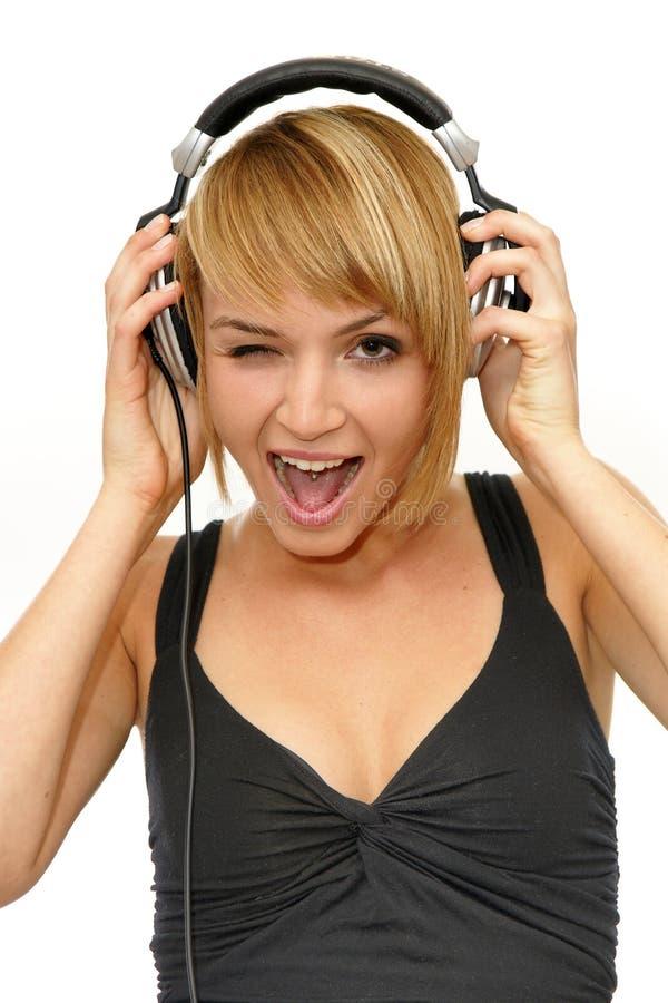 Sbattere le palpebre musica d'ascolto della ragazza immagini stock