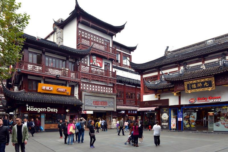 Sbocchi americani degli alimenti a rapida preparazione in cinese l'architettura del cinese tradizionale fotografie stock libere da diritti