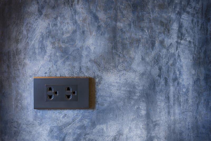 Sbocco di potere nero con il fondo della parete del cemento fotografia stock libera da diritti