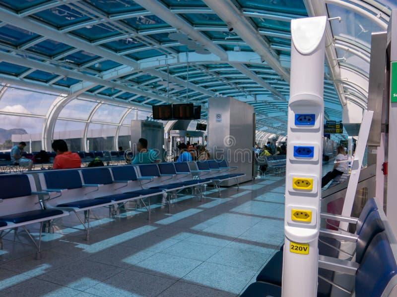 Sbocco elettrico in aeroporto brasiliano - 110V 220V - aeroporto del dumont di Santos fotografie stock