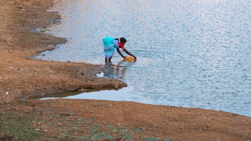 Scène à un réservoir d'eau de temple hindou dans Tamil Nadu image libre de droits