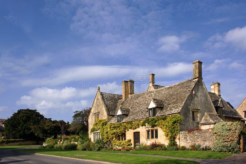 Scène étrange de village de Cotswolds photo stock