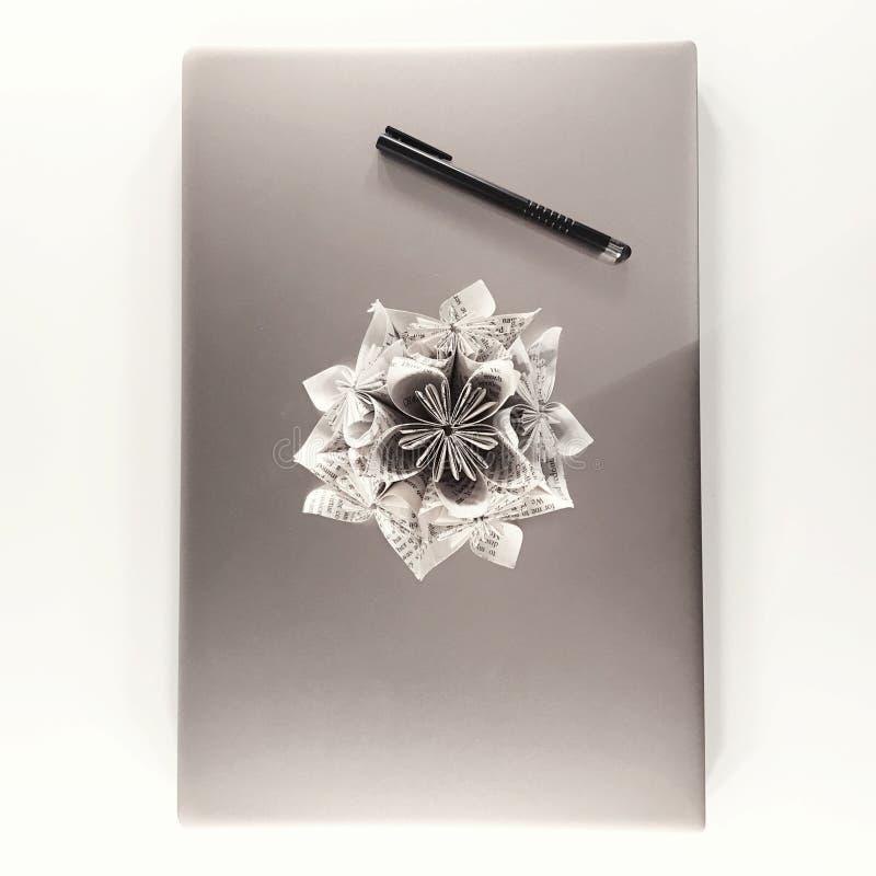 Scène aérienne de bureau avec l'ordinateur portable et la fleur de papier image stock