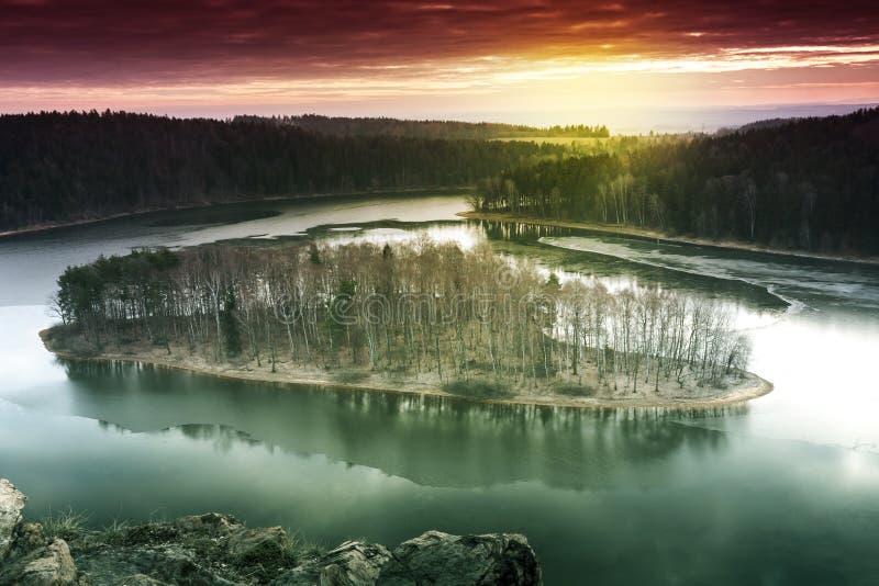 Scène abstraite de nature de coucher du soleil Île avec les arbres et le lac congelé photos stock