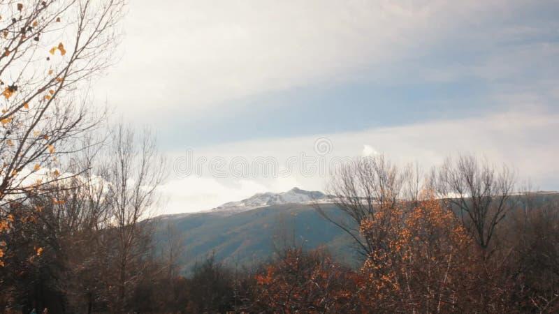Scène automnale avec la vue régulière de la crête de montagne de Milou banque de vidéos