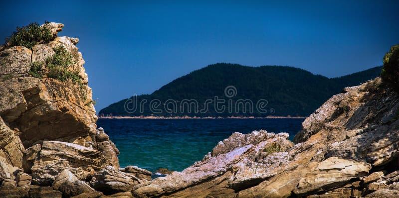 Scène balnéaire à travers les rochers image libre de droits