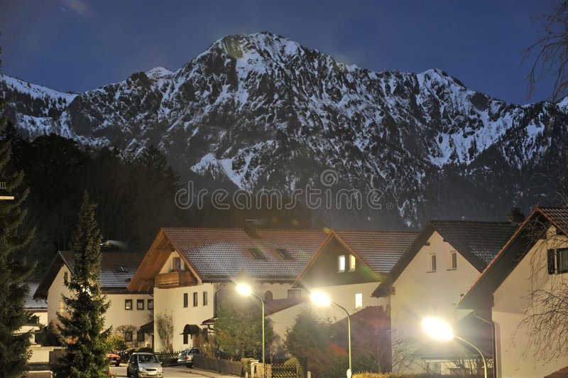 Scène bavaroise de nuit de village photographie stock libre de droits