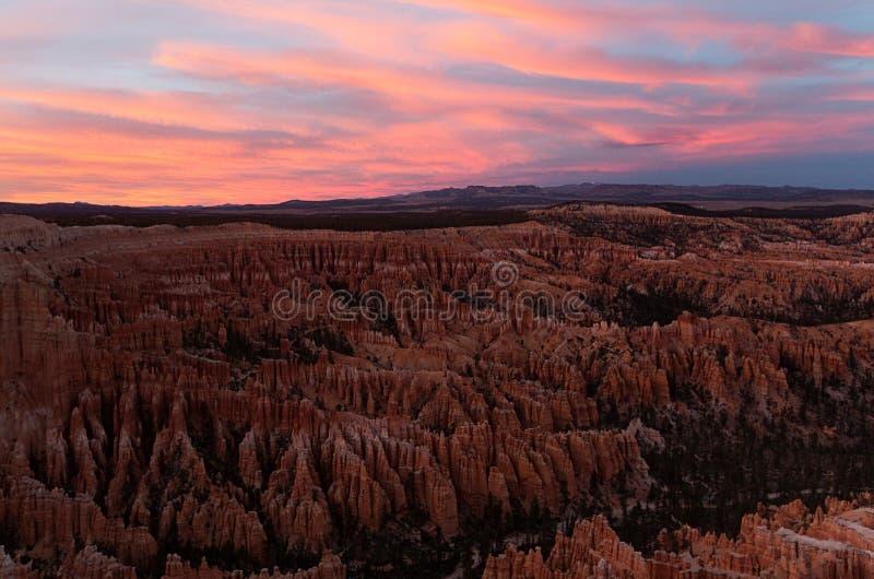 Scène bij Bryce-canion nationaal park bij zonsondergang in de winter royalty-vrije stock afbeelding