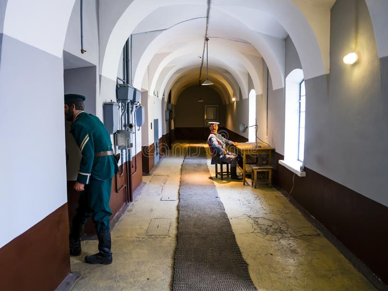 Scène binnen de oude gevangenis van Peter en van Paul vesting met wachten in militaire eenvormig, Heilige Petersburg, Rusland stock foto's
