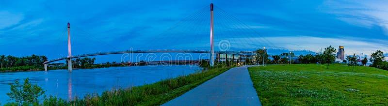 Scène bleue d'heure de vue panoramique de pont piétonnier Omaha de Bob Kerrey images stock