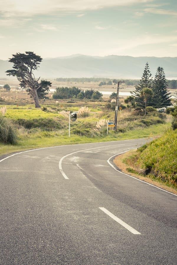Scène côtière et rurale de paysage avec la route, péninsule de Mahia, Côte Est, île du nord, Nouvelle-Zélande photos stock
