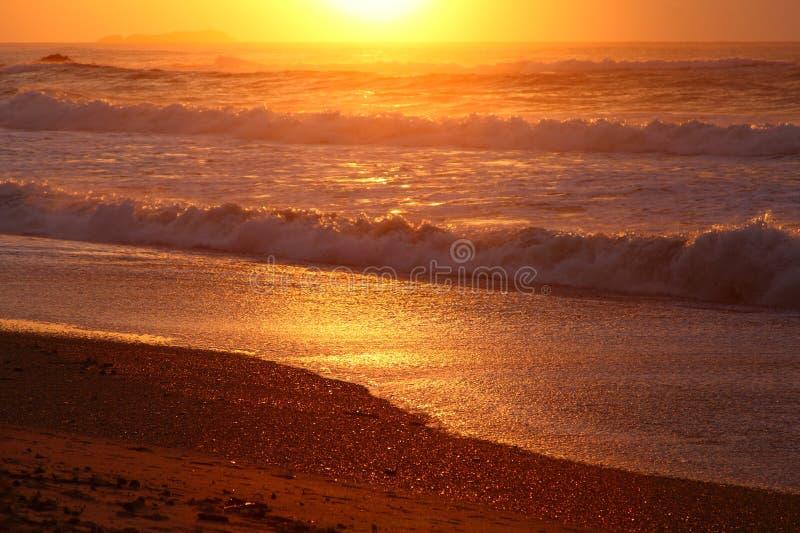 Scène colorée de plage à l'aube photo libre de droits
