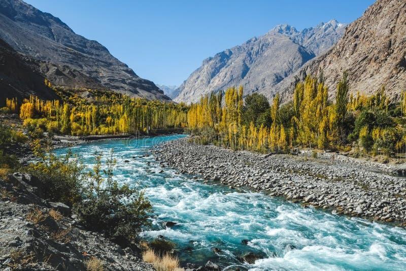 Scène d'automne, l'eau bleue de l'Oise de turqu de la rivière de Gilgit traversant Gupis, Pakistan photos libres de droits