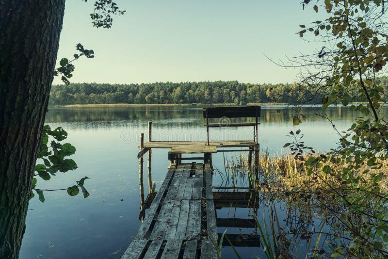 Scène d'automne - paysage de lac et de forêt photo stock