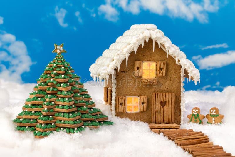 Scène d'hiver avec la maison comestible de biscuit de pain d'épice images libres de droits