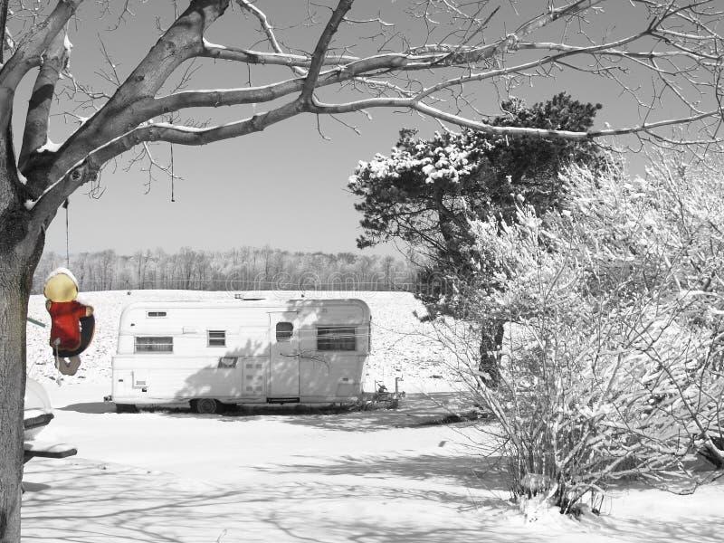 Scène d'hiver avec la remorque et la fille sur l'oscillation photographie stock