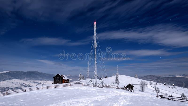 Scène d'hiver dans l'environnement de montagnes, à distance et dur carpathien images libres de droits