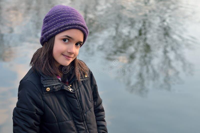 Petite fille avec le chapeau pourpre photos stock