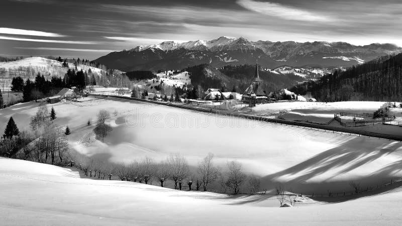 Scène d'hiver en Roumanie, beau paysage des montagnes carpathiennes sauvages photographie stock libre de droits