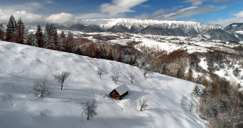 Scène d'hiver en Roumanie, beau paysage des montagnes carpathiennes sauvages image libre de droits