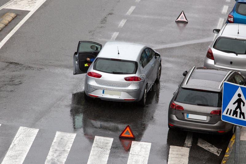 Scène d'une voiture décomposée sur une route de rue de ville photographie stock libre de droits