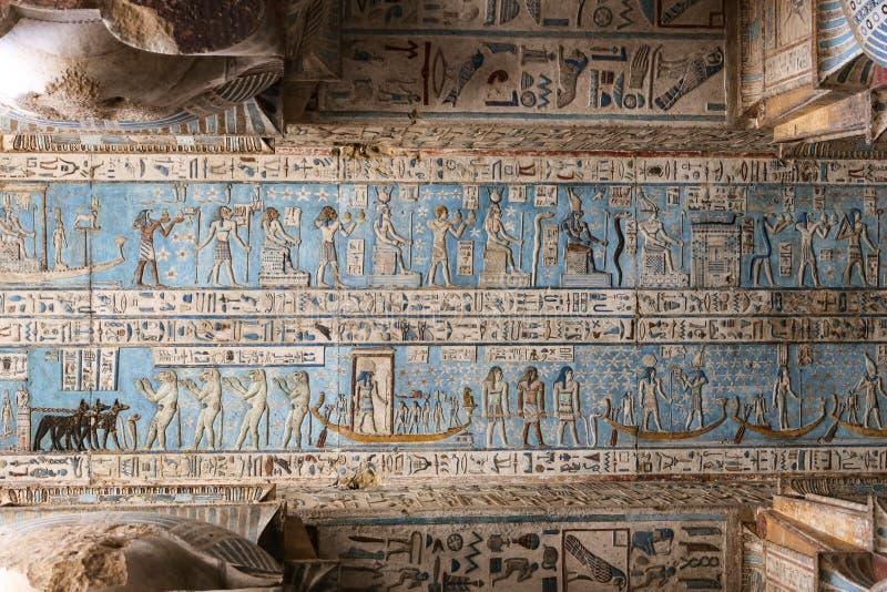 Scène dans le temple de Denderah, Qena, Egypte image libre de droits
