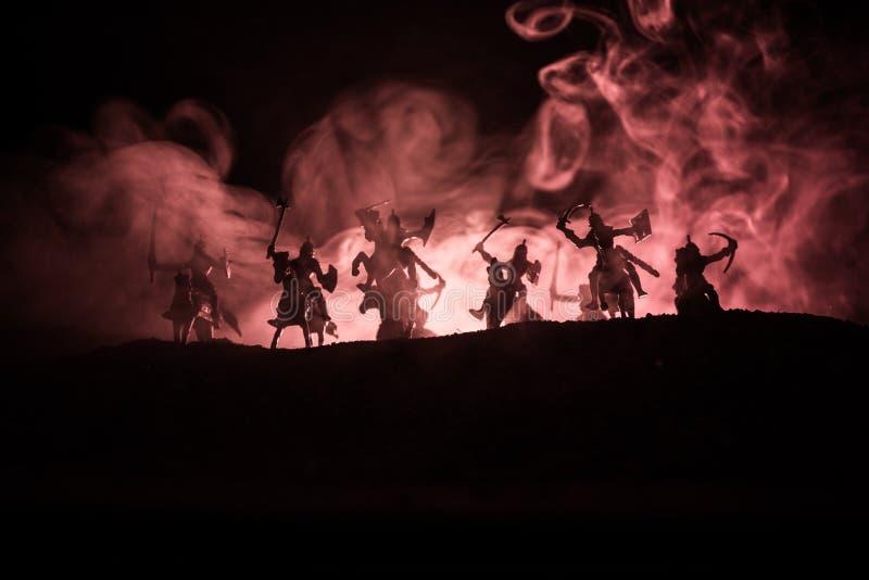 Scène de bataille médiévale avec la cavalerie et l'infanterie Silhouettes des chiffres en tant qu'objets distincts, combat entre  images stock