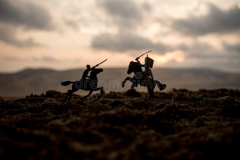 Scène de bataille médiévale avec la cavalerie et l'infanterie Silhouettes des chiffres en tant qu'objets distincts, combat entre  photographie stock
