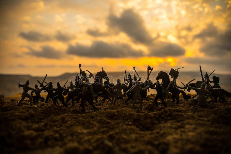 Scène de bataille médiévale avec la cavalerie et l'infanterie Silhouettes des chiffres en tant qu'objets distincts, combat entre  image stock