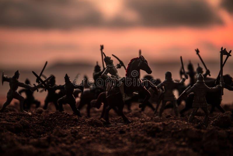 Scène de bataille médiévale avec la cavalerie et l'infanterie Silhouettes des chiffres en tant qu'objets distincts, combat entre  photo stock