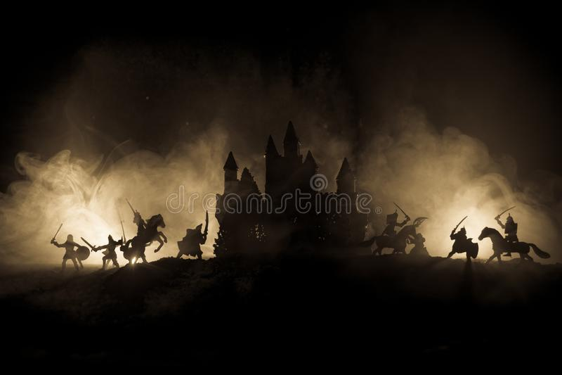 Scène de bataille médiévale avec la cavalerie et l'infanterie Silhouettes des chiffres en tant qu'objets distincts, combat entre  photographie stock libre de droits