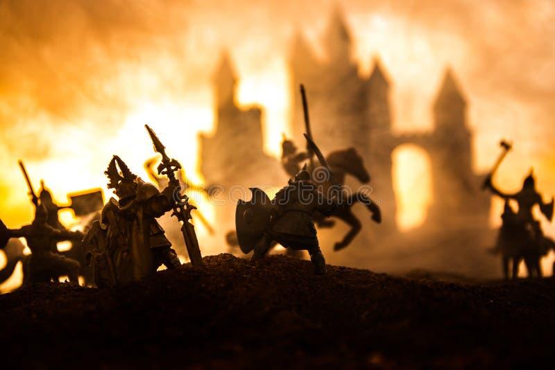 Scène de bataille médiévale avec la cavalerie et l'infanterie Silhouettes des figures en tant qu'objets distincts, combat entre l images libres de droits