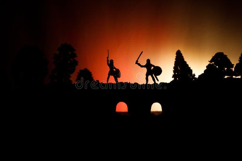Scène de bataille médiévale sur le pont avec la cavalerie et l'infanterie Silhouettes des chiffres en tant qu'objets distincts, c image libre de droits