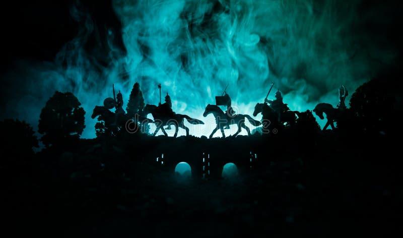 Scène de bataille médiévale sur le pont avec la cavalerie et l'infanterie Silhouettes des chiffres en tant qu'objets distincts, c images stock