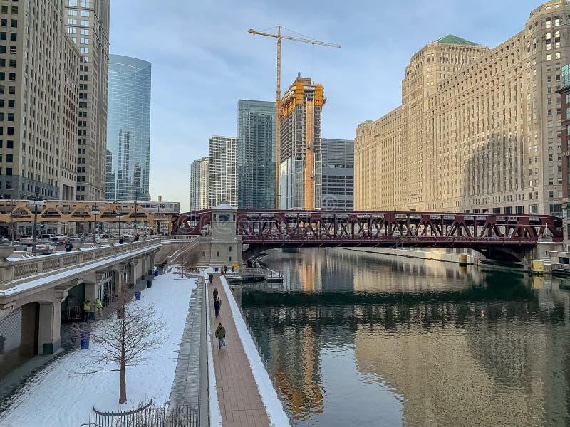 Scène de Chicago de rivière, de banlieusards, de chantier de construction, de train d'EL, et de neige congelés photo libre de droits