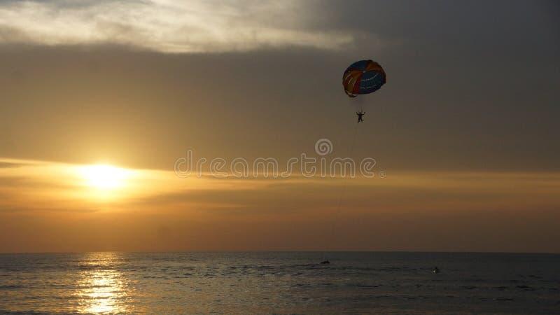 Scène de coucher du soleil à la plage de Batu Ferringhi à Penang photos libres de droits