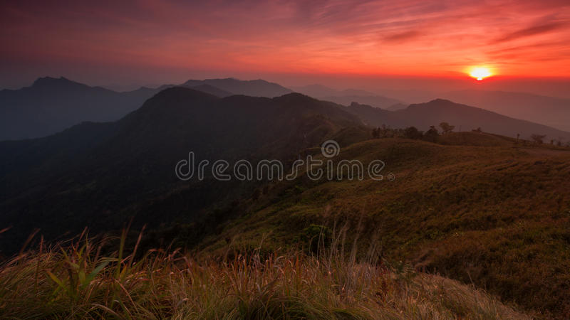 Scène de coucher du soleil avec la crête de la montagne et du cloudscape au chi de Phu image stock