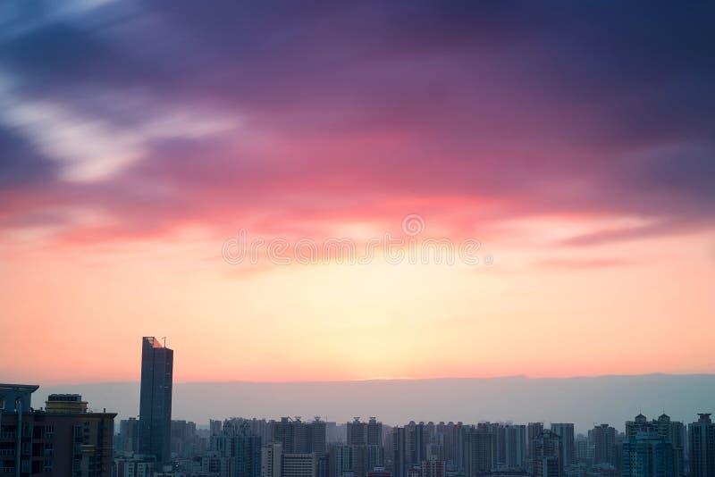 Scène de coucher du soleil de ville photographie stock libre de droits