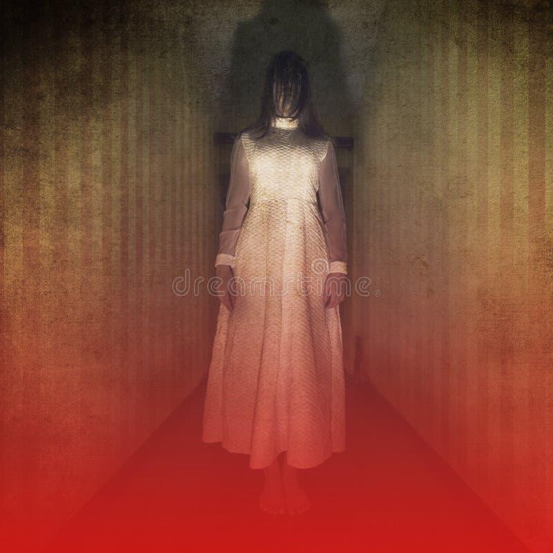 Scène de film d'horreur avec la fille effrayante photos stock