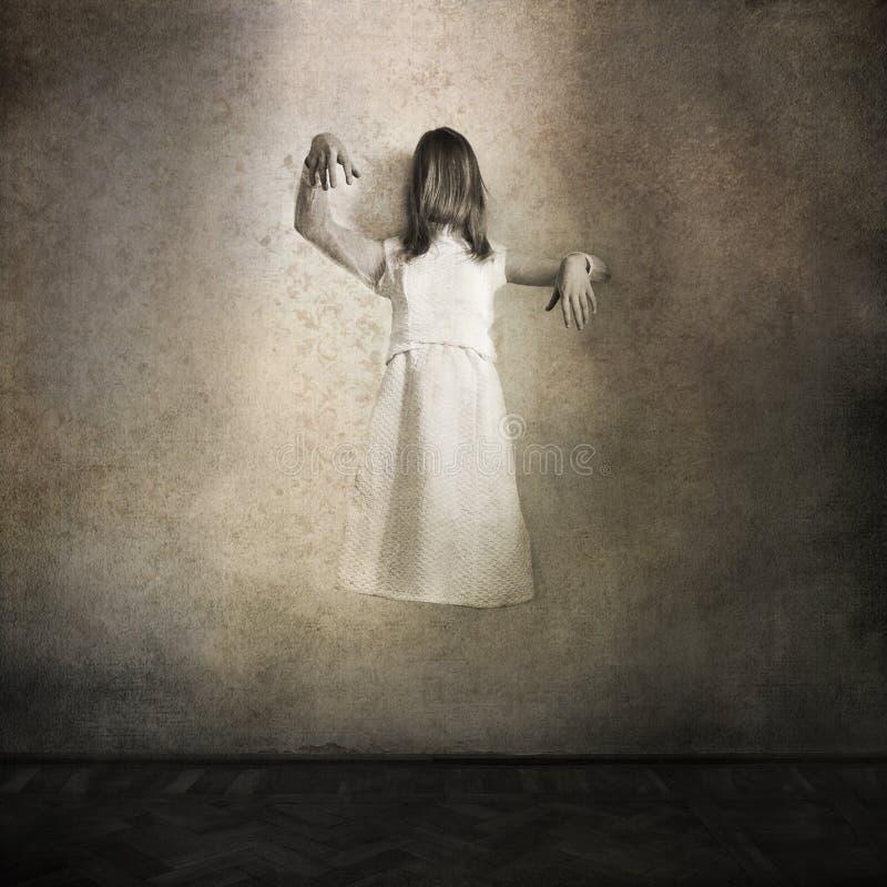 Scène de film d'horreur avec la fille effrayante images libres de droits