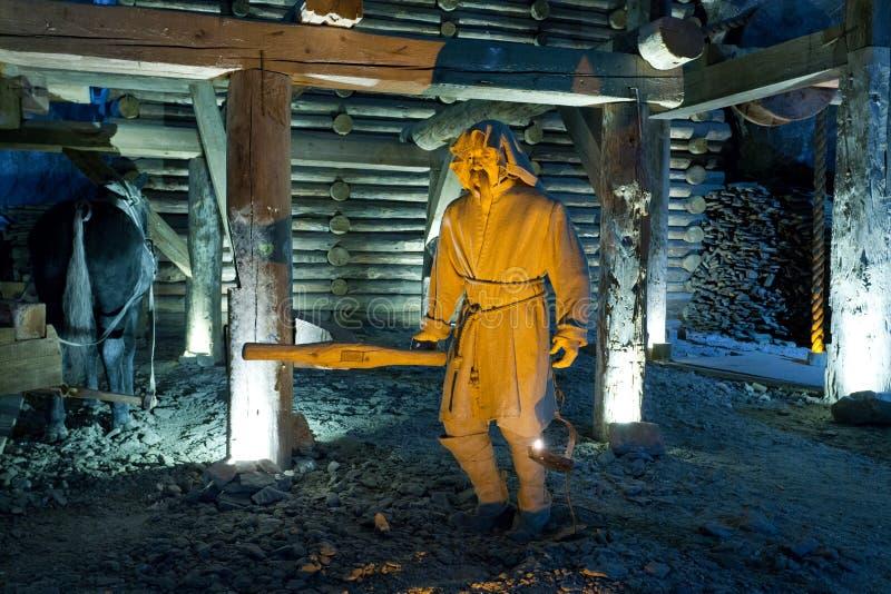 Scène de la vie des mineurs extrayant le sel photos stock
