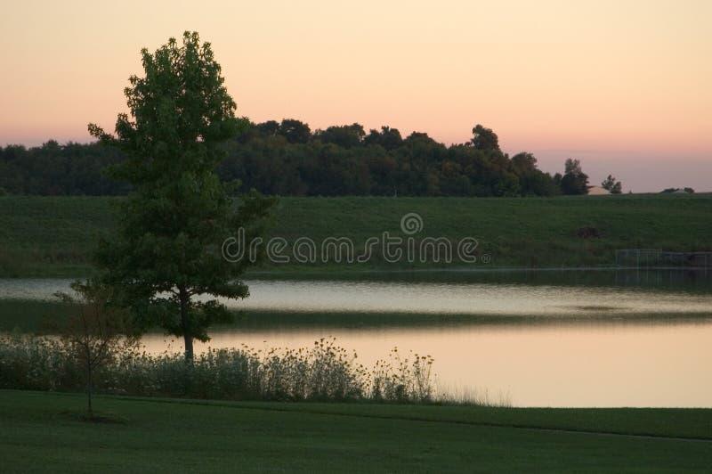 Scène de lac au crépuscule