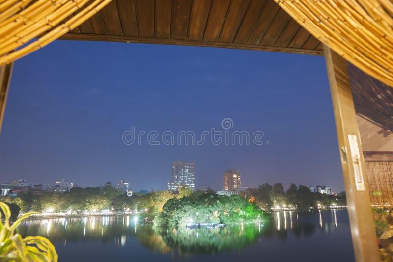 Scène de lac la nuit. images libres de droits