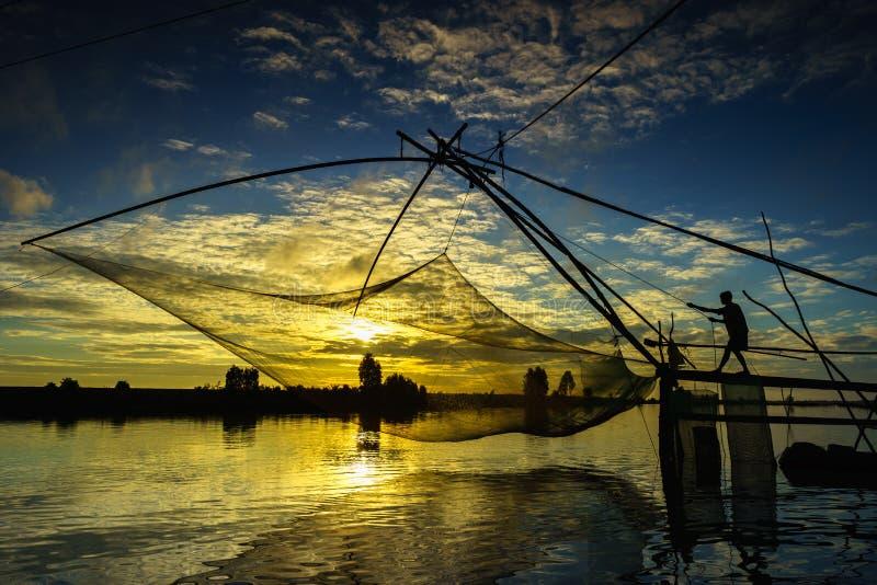 Scène de lever de soleil dans le domaine de culture de La de Tha avec le filet de pêche dans le Doc. de Chau, province d'An Giang image stock