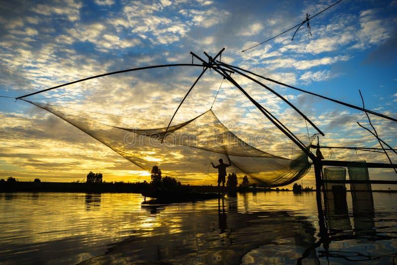 Scène de lever de soleil dans le domaine de culture de La de Tha avec le filet de pêche dans le Doc. de Chau, province d'An Giang photographie stock