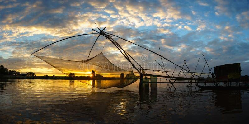 Scène de lever de soleil dans le domaine de culture de La de Tha avec le filet de pêche dans le Doc. de Chau, province d'An Giang image libre de droits