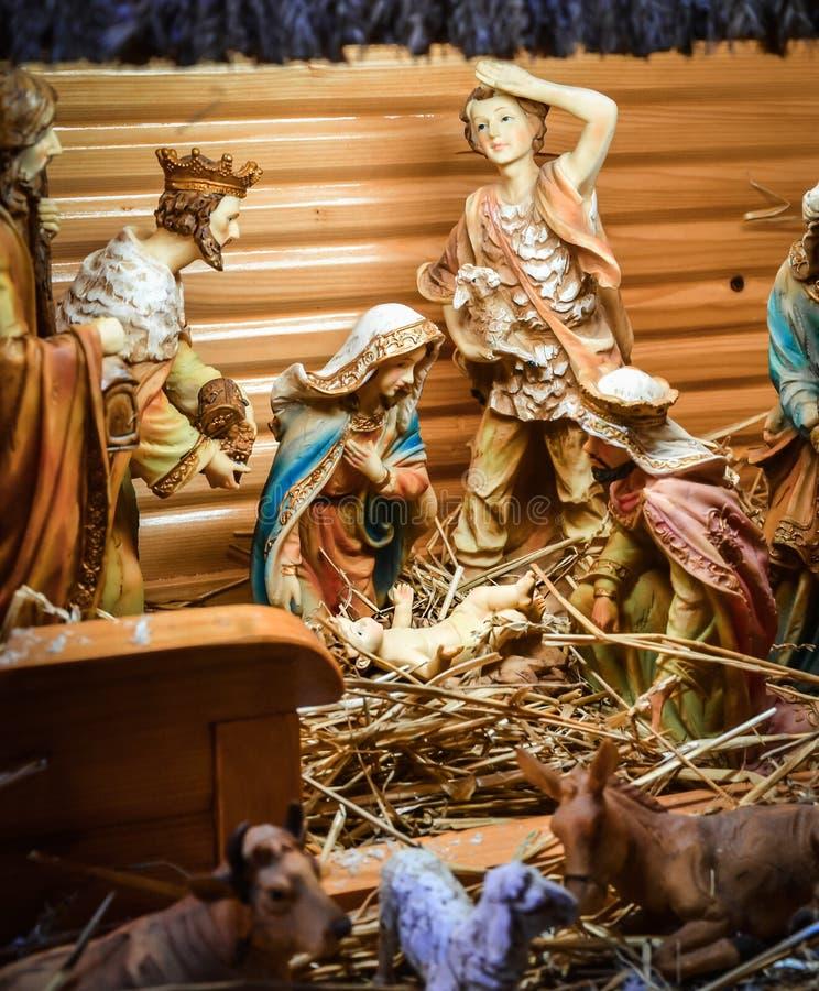 Scène de Manger de Noël avec des figurines comprenant Jésus, Mary, Jos image stock