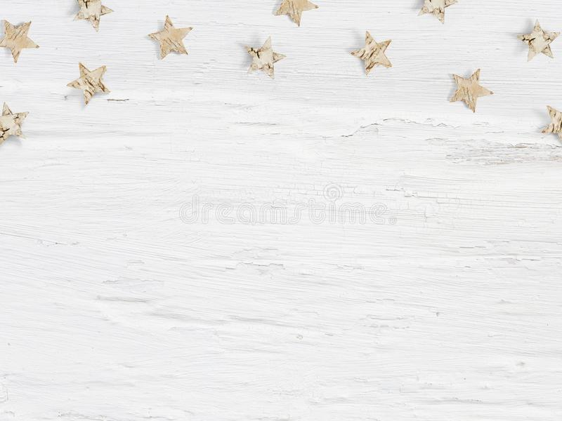 Scène de maquette de Noël peu étoiles en bois faites en écorce de bouleau sur le fond grunge blanc L'espace vide pour votre texte images stock